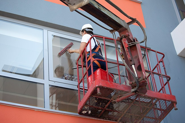 laveur de vitres équipé d'une échelle escamotable