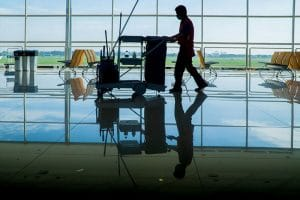 Agent d'entretien pour le nettoyage industriel avec charriot professionnel