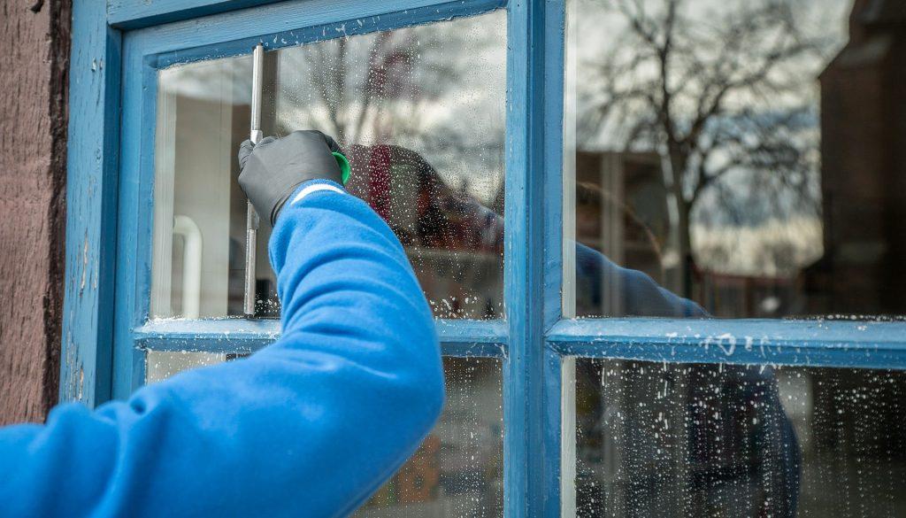 Nettoyage vitres par les agents expérimentés Accord Service